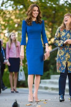 Kate Middleton at The Imperial War Museum : I loved the blue Jenny Packham sheath dress when she wore it during the Canada tour, and two years later, it still looks remarkable on her. She finished off the look with her signature Gianvito Rossi suede. Style Kate Middleton, Kate Middleton Dress, Mode Outfits, Fashion Outfits, Duchesse Kate, Style Royal, Kate And Meghan, Royal Dresses, Elegant Outfit