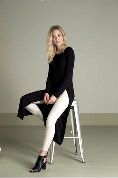 Długa sukienka od Amy's Stories http://www.halens.pl/moda-damska-marki-amys-stories-17126/sukienka-patricia-548869 + wąskie, piaskowe spodnie http://www.halens.pl/moda-damska-na-do-spodnie-5760/spodnie-janni-549015