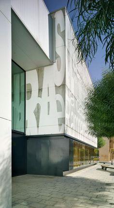 Vista exterior. Biblioteca Pública de San Vicente. Fotografía © David Frutos. Library Architecture, Buildings, Public, Around The Worlds, David, City, Places, Artwork, Design