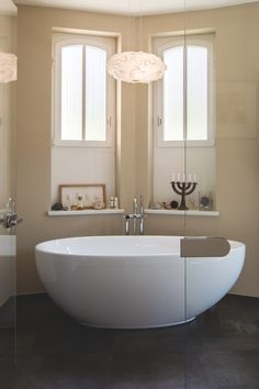 klassisch verspieltes baddesign mit zurckgehaltenen farben und liebe zum detail - Badgestaltung Mit Tapete