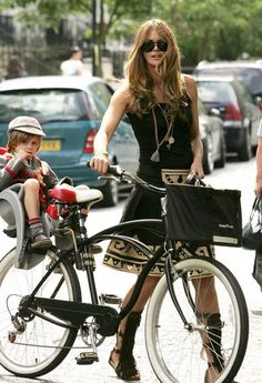 Moms ELLE MACPHERSON From the catwalk to the playground, these hot mamas know how to work it.ELLE MACPHERSON From the catwalk to the playground, these hot mamas know how to work it. Style Moto, Bike Style, Motorcycle Style, Cycle Chic, Elle Macpherson, Bicycle Girl, Best Mom, Mom Style, Look Fashion