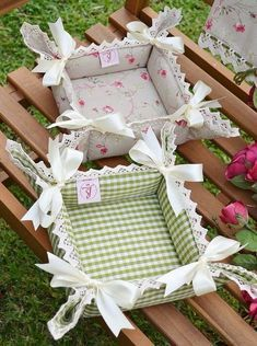 BREAD BASKET - CORAL Collection - Refined and romantic bread basket, that will donate a touch of style in your kitchen tableThis post was discovered by Ga Fabric Crafts, Sewing Crafts, Sewing Projects, Projects To Try, Plus Forte Table Matelassés, Home Crafts, Diy And Crafts, Fabric Boxes, Fabric Basket