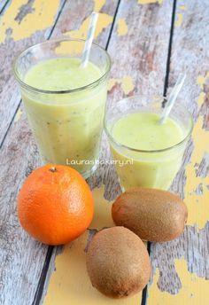 Ik ben dol op smoothies! Deze sinaasappel-kiwi smoothie is er ook weer zo één die ik heerlijk vind. Zelf maak ik smoothies altijd op basis van yoghurt, dat vind ik lekkerst. Soms koop ik speciaal voor