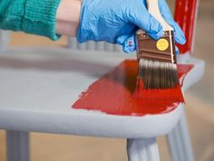 Apprenez à décaper, ponceret peindre un meuble en bois dans ce tutoriel. Voici les outils dont vous aurez besoin pour repeindre des meubles en bois Un grattoir Une ponceuse Un chiffon Un pinceau à…