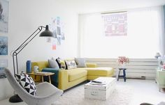 table basse style scandinave en coffre ancien peint blanc et canapé en L jaune