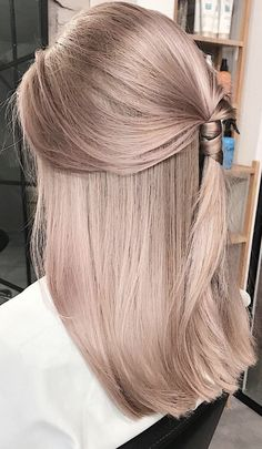 Here you can get a perfect spring hair color for blonde hair. If you are looking for some amazing spring hair color for your blonde hair, you can have a look at the collection we have got for you. Rose Gold Hair, Rose Blonde Hair, Grunge Hair, Gorgeous Hair, Balayage Hair, Pretty Hairstyles, Ladies Hairstyles, Hair Looks, Hair Trends