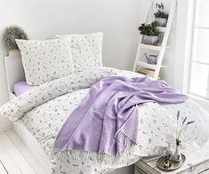 Leichte, helle Stoffe, Shabby Chic und Lavendel: so einfach bekommst du den Frankreich-Look in dein Schlafzimmer.  #awgmode #provence #lila #schlafzimmer #bett #bettwäsche #vive #sommerdecke #lavendel Provence, Comforters, Shabby, Blanket, Bed, Furniture, Home Decor, Purple Bedrooms, Lavender