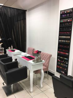 Mis trabajos de decoración by yen cr. tameka bussey · home nail salon Home Nail Salon, Nail Salon Design, Nail Salon Decor, Beauty Salon Decor, Salon Interior Design, Privates Nagelstudio, Nail Station, Nail Room, Nail Designer