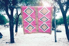 Der australische Onlineshop Pampa vertreibt handgewebte Teppiche, Decken, Kissen und Ponchos, die auf alten Webrahmen in Argentinien produziert werden.