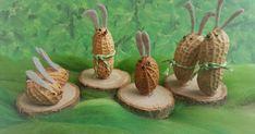 Ezekkel a földimogyoróból készült apró nyuszikkal szeretnék Nektek nagyon szép húsvéti napokat kívánni, mert bármilyen sűrű is most az élet... Do It Yourself Projects, Acorn, Easter Crafts, Arts And Crafts, Place Card Holders, Croissant, Fun Things, Lavender, Craft Ideas