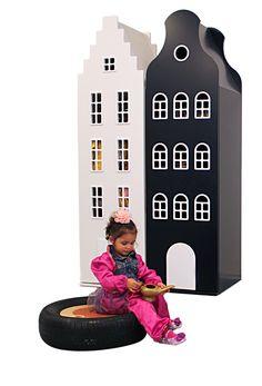 De kracht van eenvoud met een twist. Het eigentijdse ontwerp van deze kasten is afgeleid van de Amsterdamse grachtenpanden. De kleurcombinatie zwart/wit is tijdloos en past in elk interieur. De gebruiksmogelijkheden zijn divers. Van opberger voor kleding en speelgoed, tot boekenkast of #roomdivider.