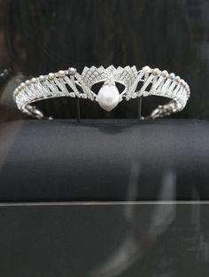 Perle Royale ayant appartenue à la reine Mary, épouse du roi George V. Sa taille, son poids, sa couleur, en font l'une des perles fines (de 166,18 grains) les plus rares du monde.  Diadème, Cartier.  Reportage photo à la Biennale des Antiquaires | Vanity Fair