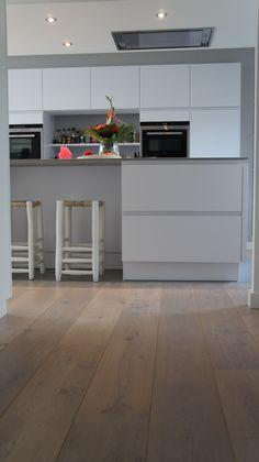 MoreFloors vloeren - Breda Europees eiken multiplank geschuurd licht gerookt + wit 4-9x180 breed Kitchen Interior, Kitchen Inspirations, Kitchen Flooring, Kitchen Room, Contemporary Kitchen, Kitchen Dining Room, Home Kitchens, Kitchen Style, Kitchen Renovation