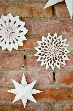 Selbst gebastelte Papier Sterne und Ornamente als Weihnachtsdeko