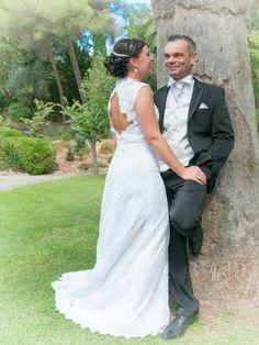 Robe de mariée en dentelle avec ouverture dans le dos commandée chez Mariage en Rose.