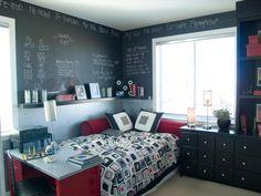 Tafelfarbe im Jugendzimmer: Eine tolle Kombination aus Rot und Schwarz. Die Tafelfarbe geht nicht bis ganz unten und ein Regal schützt das Bett vor Kreidestaub.