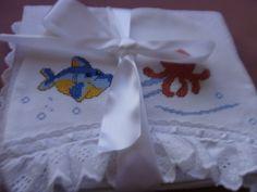TOALHA DE CAPUZ - FUNDO DO MAR Confeccionada tecido atoalhado Capuz bordado ponto de cruz Usada para levar para maternidade primeiro banho Acabamento com viés , bico inglês e passa fita R$ 55,00