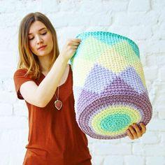 Cesto croche conduzido -  JACQUARD Crochet Case, Crochet Bowl, Knit Crochet, Crochet T Shirts, Knit Pillow, Crochet Home Decor, Modern Crochet, Yarn Bombing, Tapestry Crochet