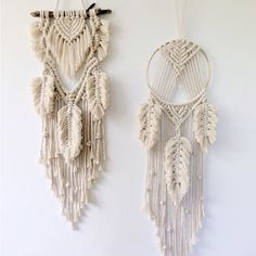 Macrame feather dream catchers are everywhere! Check out these two in the shop by clicking the image. Modern Macrame, Macrame Art, Macrame Design, Macrame Projects, Macrame Knots, Macrame Wall Hanging Patterns, Boho Wall Hanging, Macrame Patterns, Art Macramé