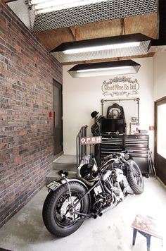 Motorcycle Workshop, Motorcycle Garage, Motorcycle Style, Cafe Racing, Hobby Room, Old Bikes, Garage House, Entryway Decor, Man Cave