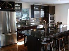 Cette cuisine est belle, j'aime les comptoirs noir et les compteurs brun. Les appareils acier inoxydable bien finir le theme, les murs blanc offrir un contraste