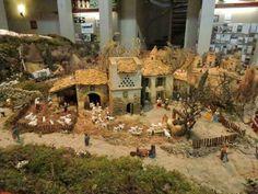 A Carpentras, Gérald Roux et Alain Favier ont installé une crèche, en utilisant les santons de plusiers santonniers. La crèche de plus de 30 m² représente la Provence depuis le Mont Ventoux jusqu'à la Camargue en passant par Arles et son Pont Langlois peint par Van Gogh en 1888.