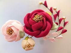 もうすぐお正月!身につけるアクセサリーも、その時期ぴったりなものにしちゃいませんか??お正月に使いたくなるアクセサリーをいろいろご紹介します♪ Satin Ribbon Flowers, Cloth Flowers, Burlap Flowers, Ribbon Art, Fabric Ribbon, Diy Flowers, Fabric Flowers, Cute Crafts, Diy And Crafts