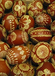 Balzekas Museum Gift Shop: Decorated Lithuanian Easter Egg- it's cold there! They take dying eggs/painting eggs to a different level, compared to our ugly egg contests at Guydish's Easter Egg Pattern, Easter Egg Dye, Egg Shell Art, Carved Eggs, Egg Tree, Easter Egg Designs, Diy Ostern, Ukrainian Easter Eggs, Easter Traditions