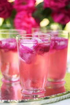 Rozencocktail (4 glazen) Ingrediënten: - 8 cl rozensiroop - 8 cl Grand Marnier - 750 ml champagne of mousserende witte wijn -…