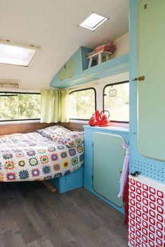 Op de cover van het Caravanity Camping Kookboekprijkt een prachtige Constructam. Robin en Marjan Aberson zijn de trotse eigenaren. En hoewel ze geen kampeerders waren, genieten ze sinds kort volop van hun caravan. Ze gingen overstag toen ze een artikel lazen over retro caravans. Hun handen begonnen te jeuken, want hoe leuk zou het zijn …