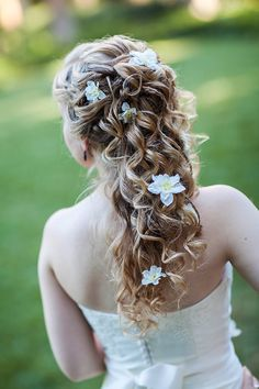 Loose curls with flowers. A bit inspired by Rapunzel, don't you think?