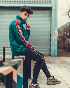 Men's fashion tends to be simpler. But, it is as interesting as women to talk about. Portrait Photography Poses, Man Photography, Portrait Poses, Photo Poses For Boy, Boy Poses, Mode Masculine, Mens Photoshoot Poses, Superenge Jeans, Male Models Poses