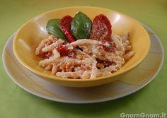 Pasta con pomodori secchi ricotta e noci