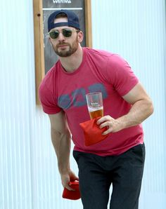 Image from http://a.abcnews.com/images/Entertainment/SPL_chris_evans_jef_140827_11x14_1600.jpg.