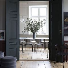 "With double doors painted dark of course makes me feel like closing them and then with utter flourish opening both at the same time with a big ""Ta Da"" @istome 📷unknown source @Pinterest #blackwoodwork #paintedwoodwork #saturdayinteriors #saturday #saturdayinspiration #interiordesign #interiors #interiorstyle #interiorstyling #interiorinspo #homedecor #homestyle #homedesign #homestyling #interiorsblogger #interiorsblog #homeblog #homeblogger #inspo #interier #myhomevibe #2018style…"