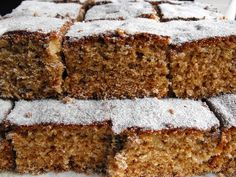 Hoje trago um bolo de tabuleiro que rende uns quadrados fofos e grandes de um bolo muito saboroso com sabor a mel e canela e com pedacinho...