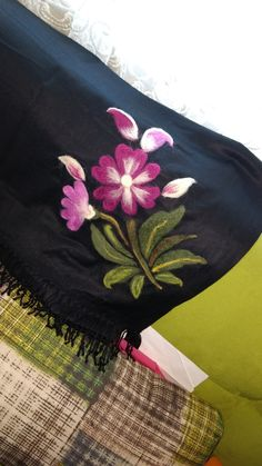 Fabric Paint Designs, Embroidery Bags, Cool Paintings, Felt Art, Flower Tutorial, Handmade Flowers, Fabric Painting, Felt Crafts, Needle Felting