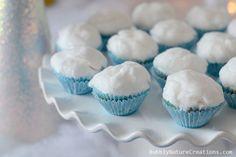 gateau vanille. Glaçage blanc et saupoudrer de sucre granulé pour donner effet glacé
