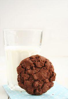 Lo de la cookie de chocolate perfecta era todo un reto para mí. Las cookies me gustan gruesas, con volumen, agrietadas, y muy crujientes!!! He probado muchas recetas e ingredientes diferentes para dar con el punto justo y la verdad es que siempre notaba algo que no me acababa de convencer