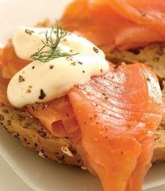 Pan de cereales o semillas   aceite de oliva extra virgen  salmon ahumado  Finas hierbas para decorar  crema de queso brie