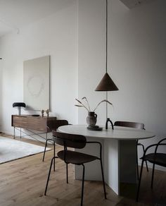 Warm minimalist living room home decor ideas living room Warm minimalist living room - COCO LAPINE DESIGN Interior Minimalista, Minimalist Room, Minimalist Interior, Minimalist Design, Modern Minimalist, Design Salon, Home Design, Design Ideas, Living Room Kitchen