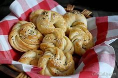 psomakia me zymi voutirou Greek Cooking, Cooking Time, Cooking Recipes, Croissant Donut, Bread Cake, Bread And Pastries, Kai, Dinner Rolls, Greek Recipes