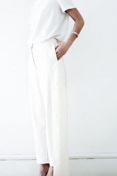 All White into summer You can never do wrong with an All White Outfit!Clean, chic minimal and elegant!Perfect Look for any occasion, promise! Photo: Pinterest gefunden auf Styletorch