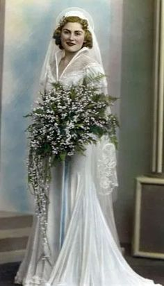 1930's Bride with a small bouquet 1930s Wedding, Vintage Wedding Photos, Vintage Bridal, Vintage Weddings, Wedding Dress Styles, Wedding Attire, Wedding Bride, Bridal Gowns, Wedding Gowns