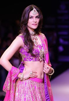 High Quality Bollywood Celebrity Pictures: Kriti Sanon Super Sexy Navel Show On The Ramp At IIJW 2015 Day 3