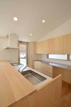手元が見えないようダイニング側には収納カウンターを造り付けの家具として設けています。背面のカウンターもオーダーでつくり建具や家具などの素材を揃えて木の温もり溢れるインテリアとしました。この写真「キッチン」はfeve casa の参加建築家「TEKTON|テクトン建築設計事務所/TEKTON|テクトン建築設計事務所」が...