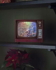 Nydelig vannfylt lykt med integrerte multifargede LED lyskilder og glitter som minner oss om gamle dager og gir oss den magiske følelsen av julen som står for tur. Lykten er i form av en TV med en nisse og søte skogsdyr.Den er utstyrt med vifte slik at du skal slippe å riste den hver gang du ønsker den i gang og den spiller også koselig julemusikk. I tillegg til dette har lykten timer, slik at den automatisk slår seg av etter 5 timer. Box Tv, Design