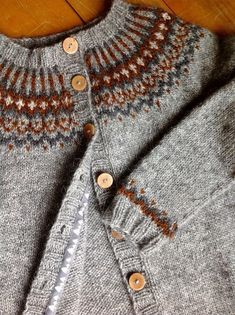 Ravelry: Project Gallery for Gamaldags pattern by Hélène Magnússon Fair Isle Knitting Patterns, Sweater Knitting Patterns, Knitting Designs, Knit Patterns, Baby Knitting, Punto Fair Isle, Icelandic Sweaters, Ravelry, Knitwear