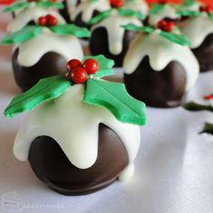 If you love Christmas Pudding you won't be able to wait to make these delicious NO Bake Truffles! Check out the Mini Christmas Puddings too! Mini Christmas Puddings, Christmas Truffles, Christmas Cake Pops, Christmas Sweets, Christmas Cooking, Christmas Goodies, Christmas Candy, Merry Christmas, Christmas Recipes