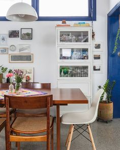 """7,087 curtidas, 54 comentários - Histórias de Casa (@historiasdecasa) no Instagram: """"pra onde olhar primeiro??? o piso estampado, as louças coloridinhas na estante, o arsenal de…"""""""